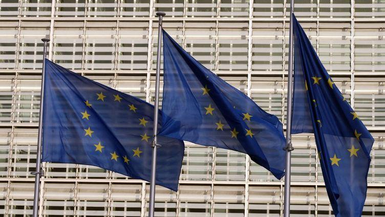 Des drapeaux de l'Union européenne devant le siège de la Commission européenne, à Bruxelles, le 25 décembre 2020. (FRANCOIS WALSCHAERTS / AFP)