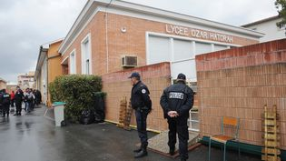 Des policiers devant l'école Ozar Hatorah de Toulouse (Haute-Garonne), le 19 mars 2012. (ERIC CABANIS / AFP)