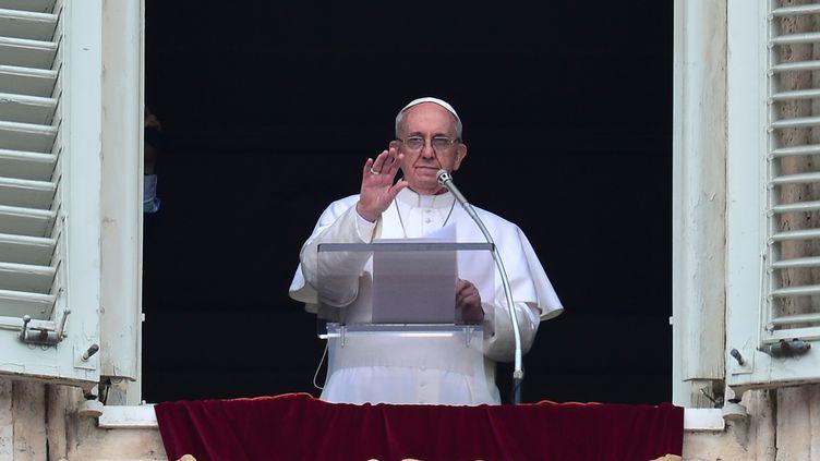 Le pape François bénit la foule depuis la fenêtre des appartements pontificaux, le 17 mars 2013 au Vatican. (GIUSEPPE CACACE / AFP)