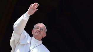 """Le pape François bénit les fidèles lors de l'""""urbi et orbi"""" de Pâques, le 31 mars 2013, au Vatican. (ALBERTO PIZZOLI / AFP)"""