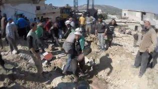 Un jeune homme sauvé des décombres, lundi 12 marsaprès des raids sur un village au nord de Jirs al-shugour, dans la province d'Idlib, en Syrie. (FRANCEINFO)