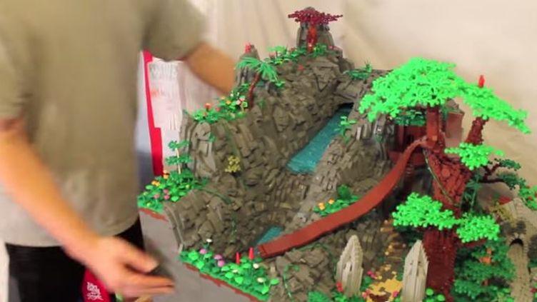Capture d'écran montrant lacascade de l'ile aux pirates, tout en Lego (GRANT DAVIS / YOUTUBE)