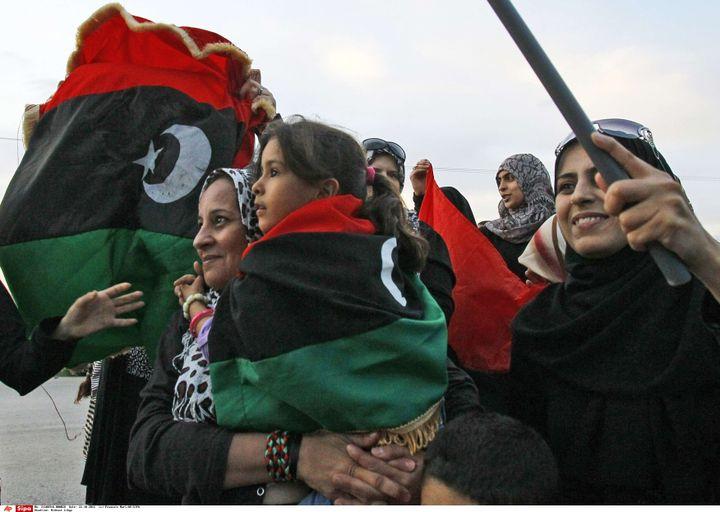 Des femmes accueillent les combattants révolutionnaires à Benghazi, en Libye, le 22 octobre 2011. (FRANCOIS MORI/AP/SIPA)