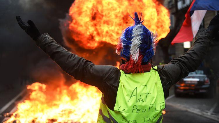 """Un manifestant lors d'un rassemblement des """"gilets jaunes"""" à Bordeaux, le 29 décembre. (MEHDI FEDOUACH / AFP)"""