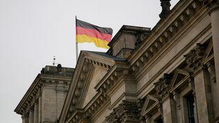 Le drapeau allemand flotte au dessus du Reichstag, à Berlin, le 26 octobre 2013. (MAXPPP)