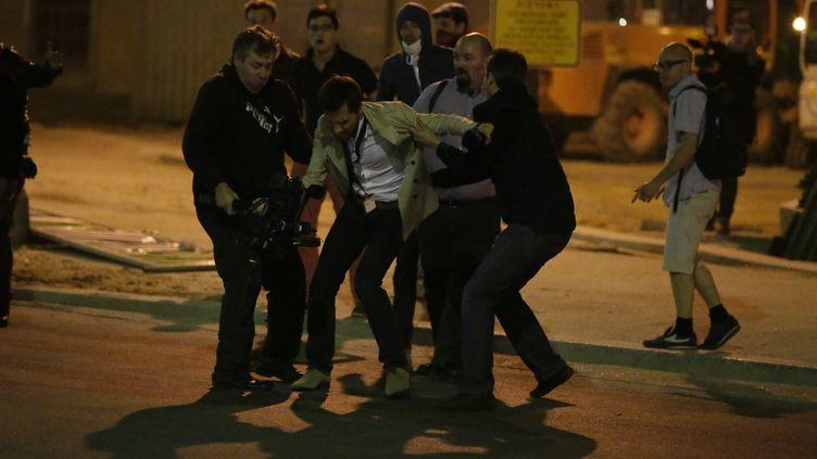 Un cameraman a été pris à partie par des opposants au mariage pour tous, le 17 avril 2013, près de l'Assemblée nationale à Paris. (KENZO TRIBOUILLARD / AFP)