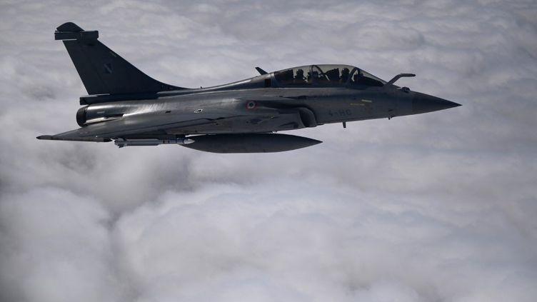 L'avion de combat française, le Rafale, vole dans les airs le 11 septembre 2021. (CHRISTOPHE SIMON / AFP)