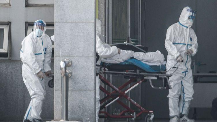 Une équipe médicale prend en charge un patient atteint par le coronavirus dans un hôpital de Wuhan (Chine), le 18 janvier 2020. (AFP)