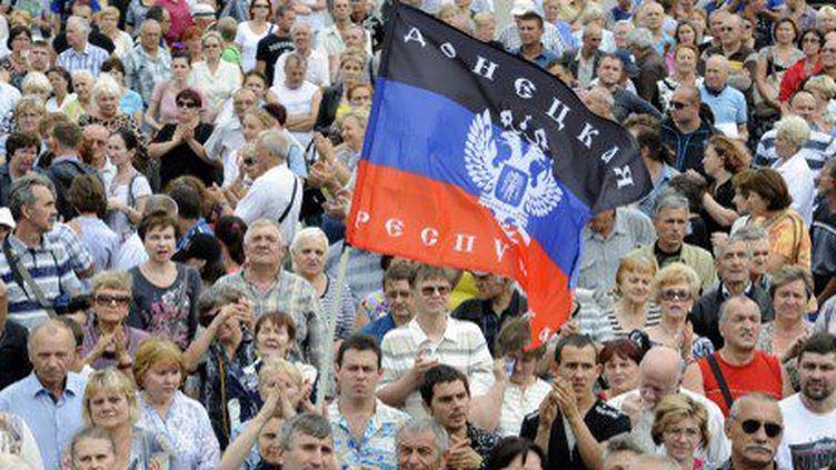 Un manifestant brandit le drapeau de la «République populaire de Donetsk», lors d'un rassemblement pro-russe dans ce bastion des séparatistes ukrainiens. (ALEXANDER KHUDOTEPLY / AFP)