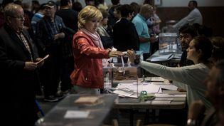 Une femme vote dans un bureau à Gérone (Espagne) le 28 avril 2019. (CARLES PALACIO / NURPHOTO / AFP)
