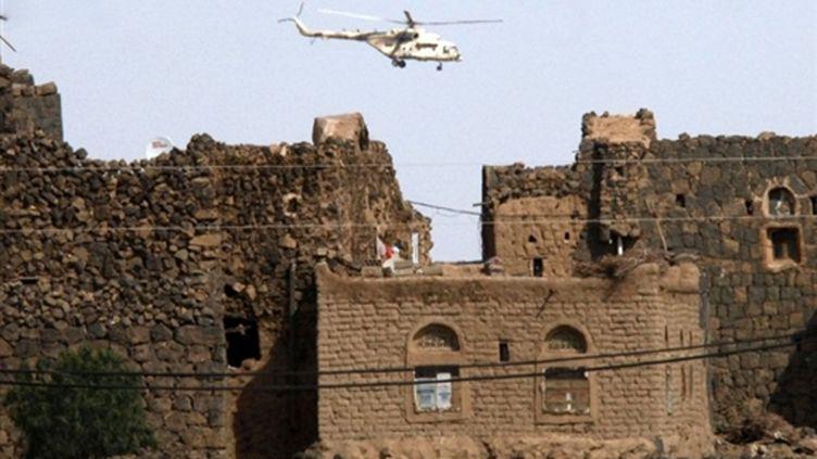 Survol par un hélicoptère d'un bâtimen yéménite (AFP Khaled Fazaa)