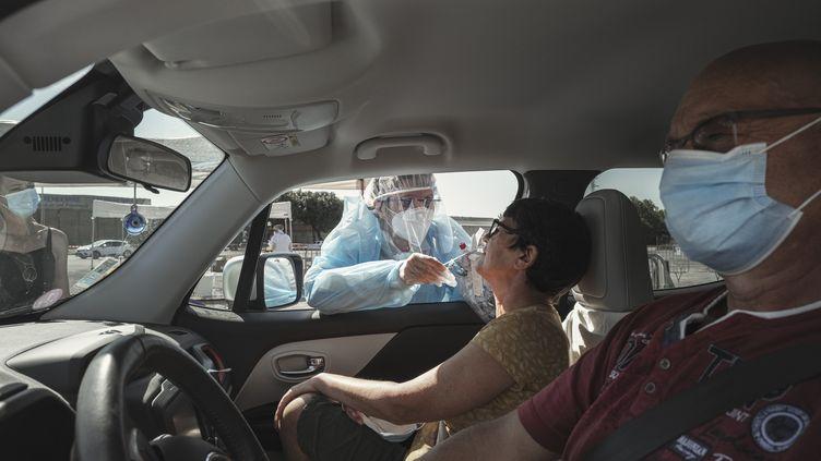 Une femme se soumet à un test de dépistage du Covid-19, mercredi 26 août 2020, à Narbonne (Aude). (IDRISS BIGOU-GILLES / HANS LUCAS / AFP)