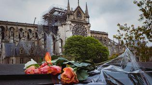 Au lendemain du grand incendie qui a ravagé la cathédrale Notre-Dame, les parisiens et les touristes se recueillent devant l'édifice. Le 16 avril 2019. (SIMON GUILLEMIN/HANS LUCAS / AFP)