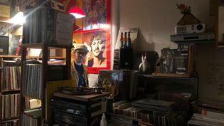 Toma, disquaire dans le IXe arrondissement de Paris, a mis en place un système de retrait dans sa boutique il y a trois ans. (BASTIEN MUNCH / RADIO FRANCE)