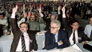 Lionel Jospin, ministre de l'Education nationale, assiste au vote à main levée des délégués, le 15 mars 1990, lors de la première journée du congrès national du parti socialiste. (AFP)