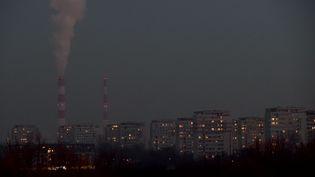 La capitale polonaise, Varsovie, recouverte d'une épaisse couche de smognotamment due à la pollution le 9 janvier 2017. (JANEK SKARZYNSKI / AFP)