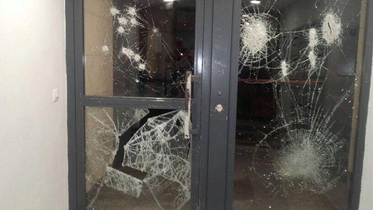 Porte d'entrée vandalisée, présentée sur la page FacebookJuvisy c'est vous. (FACEBOOK)