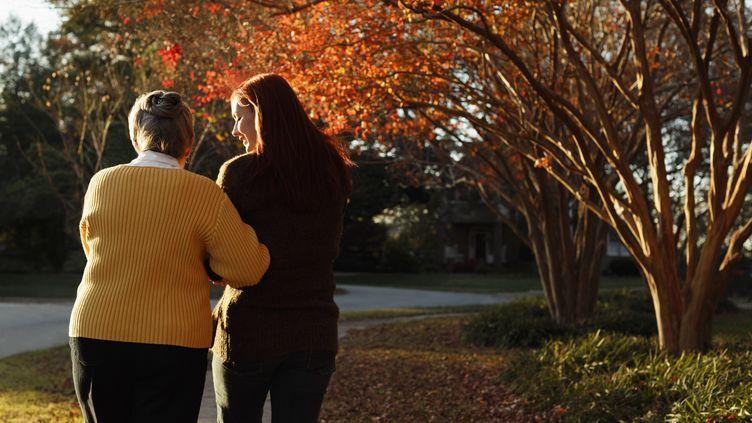 Le congé de proche aidant est mis en place par la loi surl'adaptation de la société au vieillissement, publiée au Journal officiel, le 29 décembre 2015 (photo d'illustration). (ROBERTO WESTBROOK / IMAGE SOURCE / AFP)