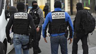 Des policiers du Raid cagoulés patrouillent dans les rues de Saint-Denis (Seine-Saint-Denis), le 18 novembre 2015. (LIONEL BONAVENTURE / AFP)