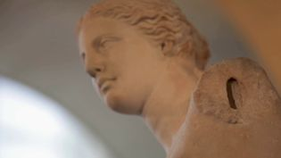 Exposée au Musée du Louvre à Paris, la Vénus de Milo est une œuvre mythique. Retour sur les origines d'une sculpture connue de tous. (France 2)