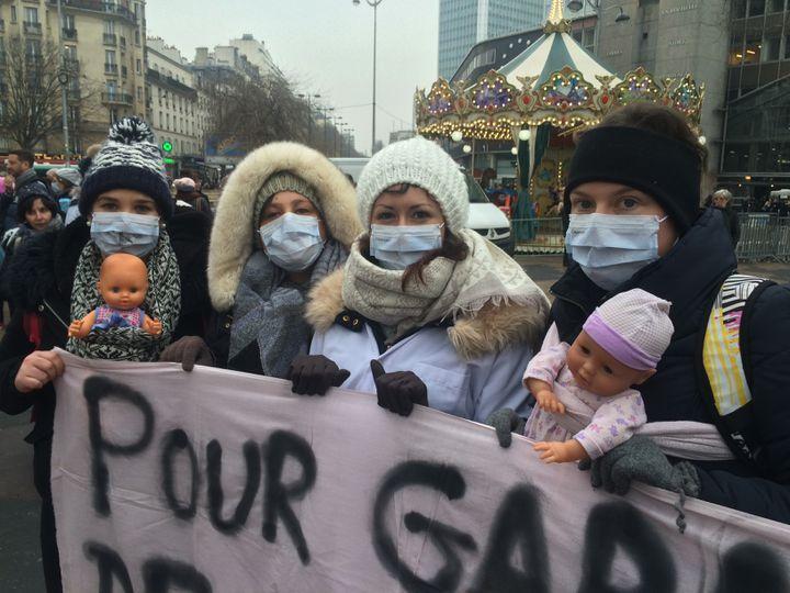 De g. à dr. : Mylène, 22 ans, Elisa, 24 ans, Laure, 25 ans et Margot, 24 ans, infirmières puéricultrices sur le parvis de Montparnasse, à Paris, le 24 janvier 2017. (CATHERINE FOURNIER / FRANCE INFO)
