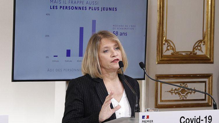 Karine Lacombe,cheffe de service des maladies infectieuses à l'hôpital Saint-Antoine à Paris, parle lors d'une conférence de presse avec le Premier ministre Edouard Philippe, le 28 mars 2020. (GEOFFROY VAN DER HASSELT / POOL)