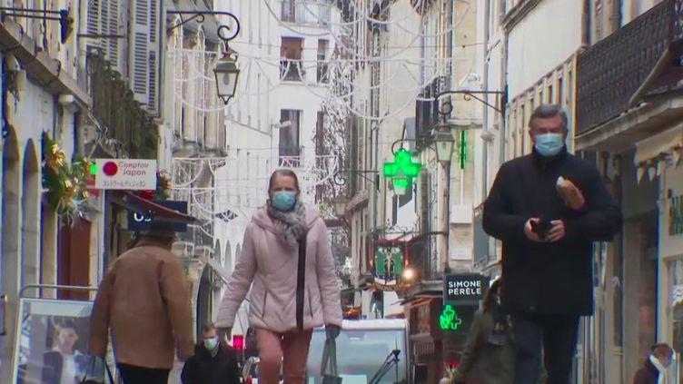 A Dijon, en Côte-d'Or, les chiffres des contaminations ne sont pas bons.Les habitants se préparent à un couvre-feu avancé. (France 2)