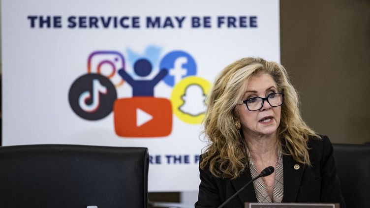 La sénatrice Marsha Blackburn, co-présidente de la commission au Commerce, auditionne des représentants de TikTok, Snapchat et YouTube, le 26 octobre 2021, à Washington. (SAMUEL CORUM / GETTY IMAGES NORTH AMERICA / AFP)