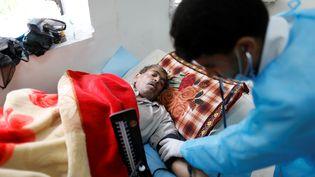 Un infirmier s'occupe d'un patient atteint de choléra dans un hôpital de Sanaa, la capitale du Yémen, le 6 mai 2017. (KHALED ABDULLAH / REUTERS)