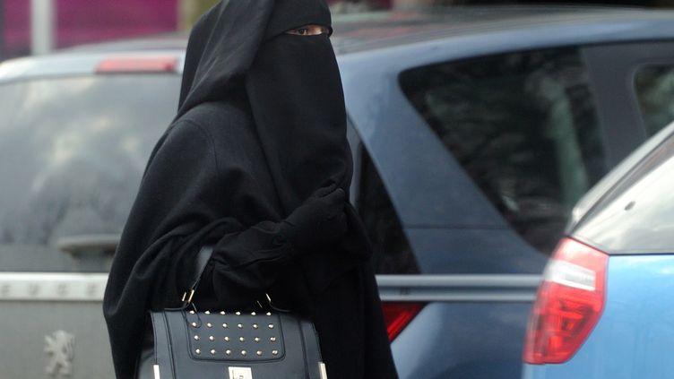 Une femme portant le niqab à Roubaix (Nord), le 9 jenvier 2014. (PHILIPPE HUGUEN / AFP)