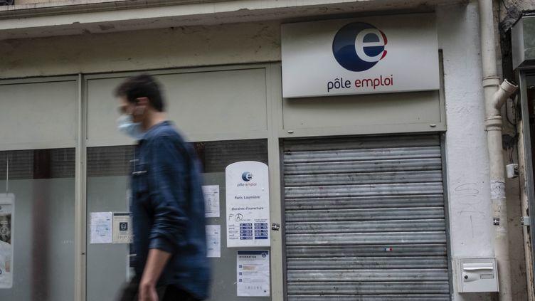 Un homme masqué passe devant une agence Pôle emploi fermée, le 25 juillet 2020. (HUGO PASSARELLO LUNA / HANS LUCAS / AFP)