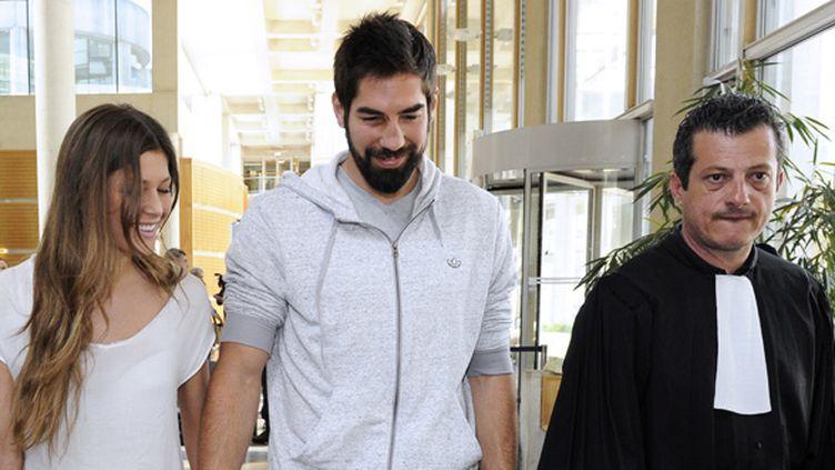Nicolas Karabatic (au centre) accompagné de sa compagne Géraldine Pillet et de son avocat maître Corbier.  (PASCAL GUYOT / AFP)