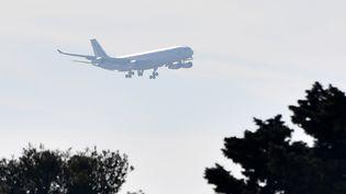 Photo du premier avion Air France rapatriant des Français de Wuhan à l'approche de l'aéroport militaire d'Istres, le 31 janvier 2020. (PASCAL GUYOT / AFP)