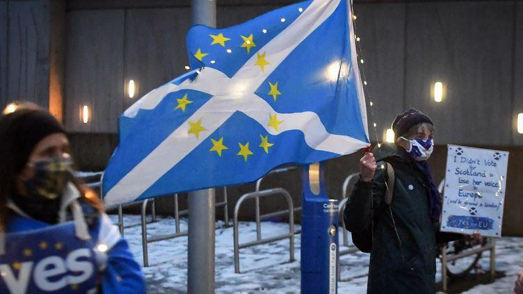 Des militants pro-indépendance et anti-Brexit manifestent devant le parlement écossais, à Edimbourg,le 31 décembre 2020. (ANDY BUCHANAN / AFP)