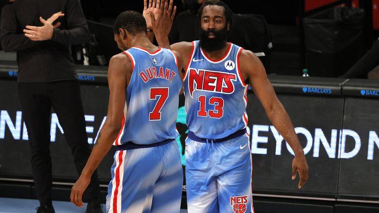 James Harden a brillé pour sa première avec les Brooklyn Nets et n'a rien perdu de ses automatismes avec Kevin Durant (SARAH STIER / GETTY IMAGES NORTH AMERICA)