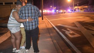 Des passants regardent des ambulances partir après l'attaque meurtrière perpétréedans une discothèque d'Orlando, en Floride (Etats-Unis), le 12 juin 2016. (PHELAN M. EBENHACK / AP / SIPA)