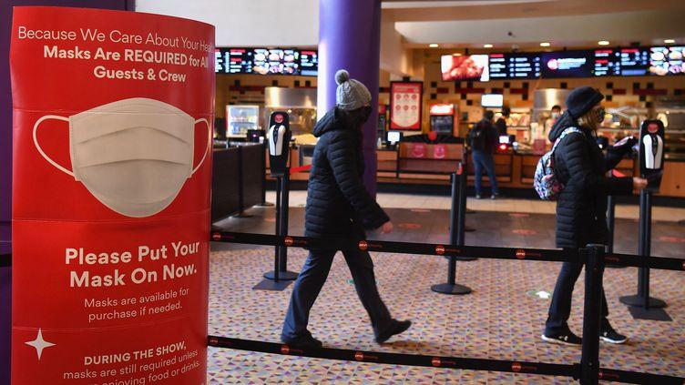 Premiers spectateurs lors de la réouverture des cinémas à New York, après un an de fermeture pour cause de crise sanitaire, Cinéma AMC, Times Square, 5 mars 2021 (ANGELA WEISS / AFP)