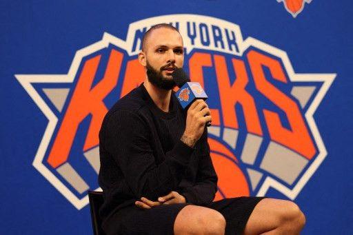 Le basketteur français Evan Fournier lors de sa conférence de presse de présentation avec les New York Knicks, le 17 août 2021. (DUSTIN SATLOFF / GETTY IMAGES via AFP)