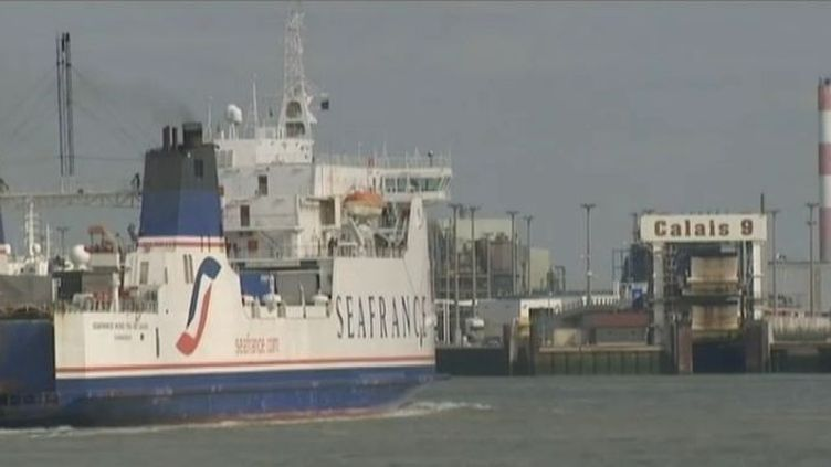 Un cargo de la compagnie de ferries SeaFrance rentre dans le port de Calais (Pas-de-Calais). (FTVi / FRANCE 2)