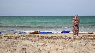 Une femme sur la côte libyenne, à proximité de la ville de Zouara, le 21 septembre 2017. (STRINGER / AFP)