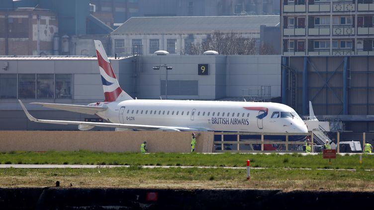 Un avion British Airways sur le tarmac de l'aéroport de Londres (Royaume-Uni), le 10 avril 2020. (TOLGA AKMEN / AFP)