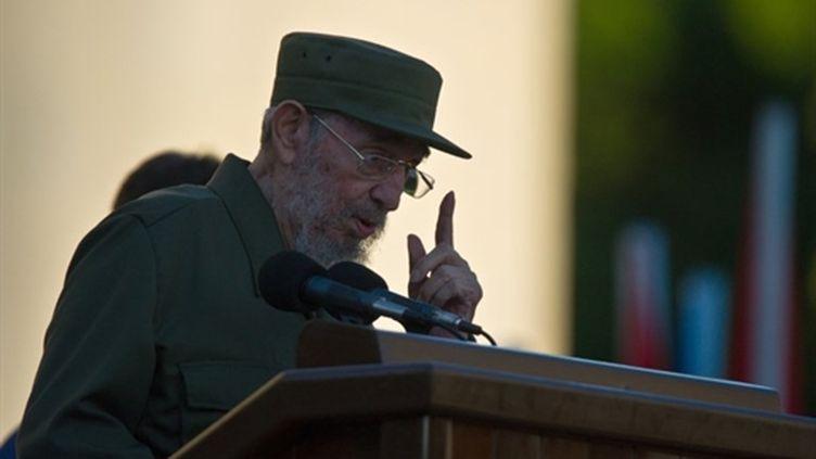 Fidel Castro signe son retour sur la scène publique à l'université de La Havane le 03/09/10 (AFP Alberto Roque)