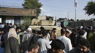 Des Afghans, cherchant à quitter le pays, font la queue devant les ambassades britannique et canadienne à Kaboul (Afghanistan), le 19 août 2021. (WAKIL KOHSAR / AFP)