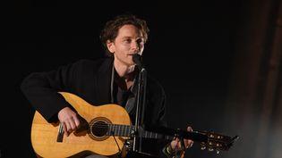 Le chanteur Raphaël sur scène lors du Printemps de Bourges (Cher) le 27 avril 2018 (GUILLAUME SOUVANT / AFP)