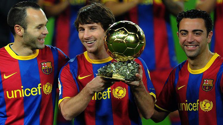De gauche à droite, les joueurs du FC Barcelone Andres Iniesta, Lionel Messi et Xavi Hernandez, le 12 janvier 2011 au Camp Nou, à Barcelone (Espagne). (JL / AFP)