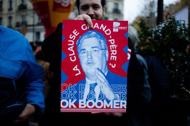 Une affiche de la CGT lors de la manifestation du 5 décembre 2019, à Paris, contre le projet deréforme des retraites. (EDOUARD RICHARD / HANS LUCAS / AFP)