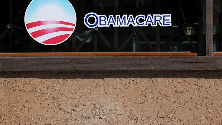 Un panneau publicitaire pour l'Obamacare, le 26 octobre 2017 à San Diego (Etats-Unis). (MIKE BLAKE / REUTERS)
