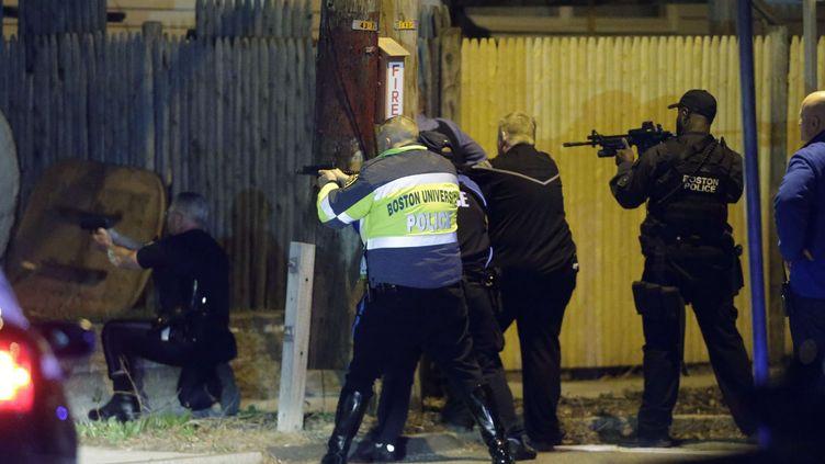 Les policiers opèrent le 19 avril 2013 à Watertown, près de Boston, Massachusetts (Etats-Unis) pour tenter d'appréhender les deux suspects des attentats du marathon. (MATT ROURKE / AP / SIPA)