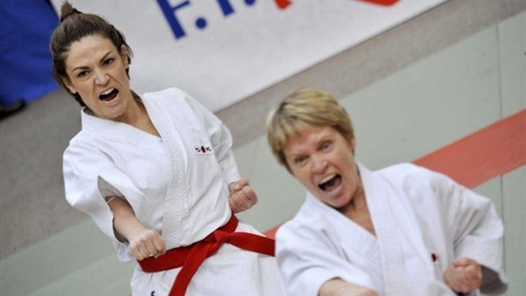 Chantal Jouanno (à gauche) lors de l'épreuve de Kata (7 mars 2010) (AFP/MEHDI FEDOUACH)