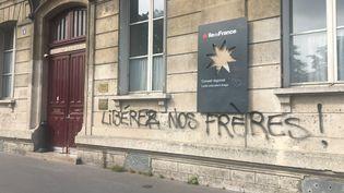 Devant le lycée Arago, à Paris, le 24 mai 2018, des graffitis réclament la libération des étudiants et lycéens mis en garde à vue deux jours plus tôt. (franceinfo)